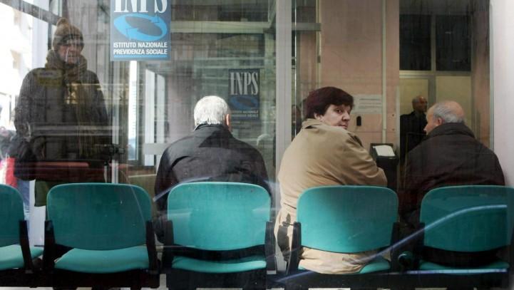 Acceso degli invalidi civili, al compimento del sessantacinquesimo anno di età, all'assegno sociale.