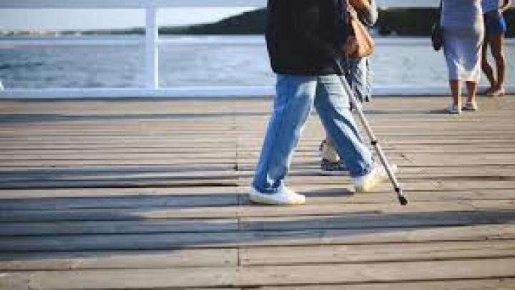 I requisiti dell'indennità di accompagnamento sono da considerare più rigorosi della semplice difficoltà di deambulazione o di compimento di atti della vita quotidiana con difficoltà.
